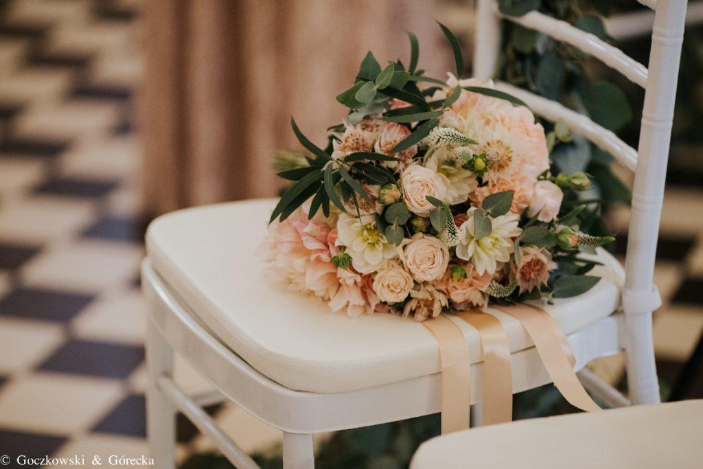 wiązanka ślubna z subtelnych pastelowych kwiatów pączków i listków udekorowany długą wstążką