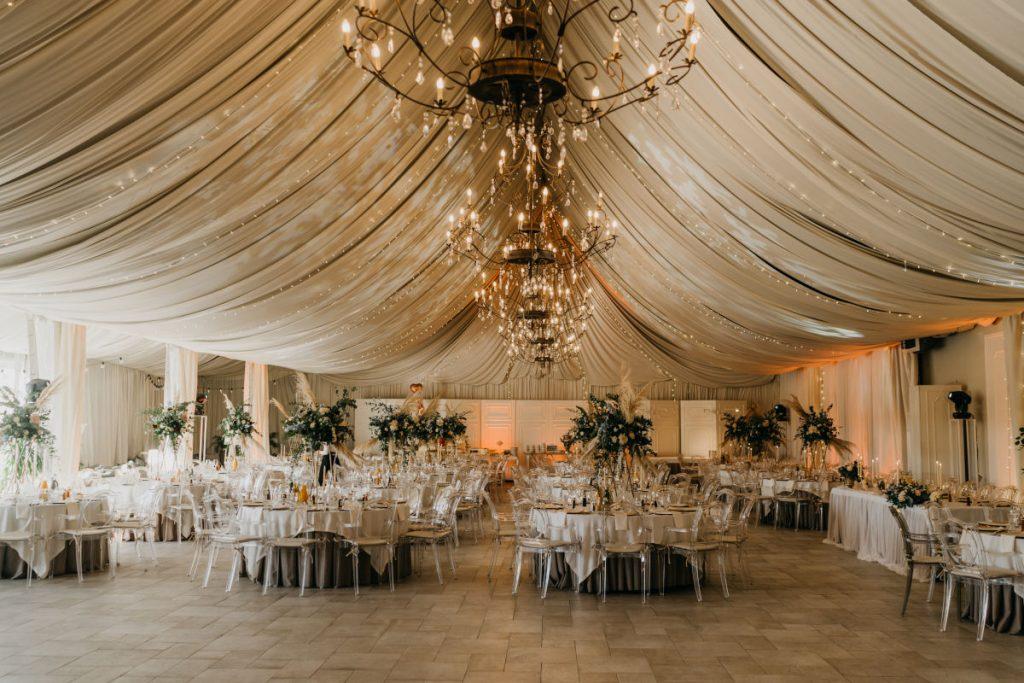 aranżacja sali na przyjęcie weselne w stylu boho glam