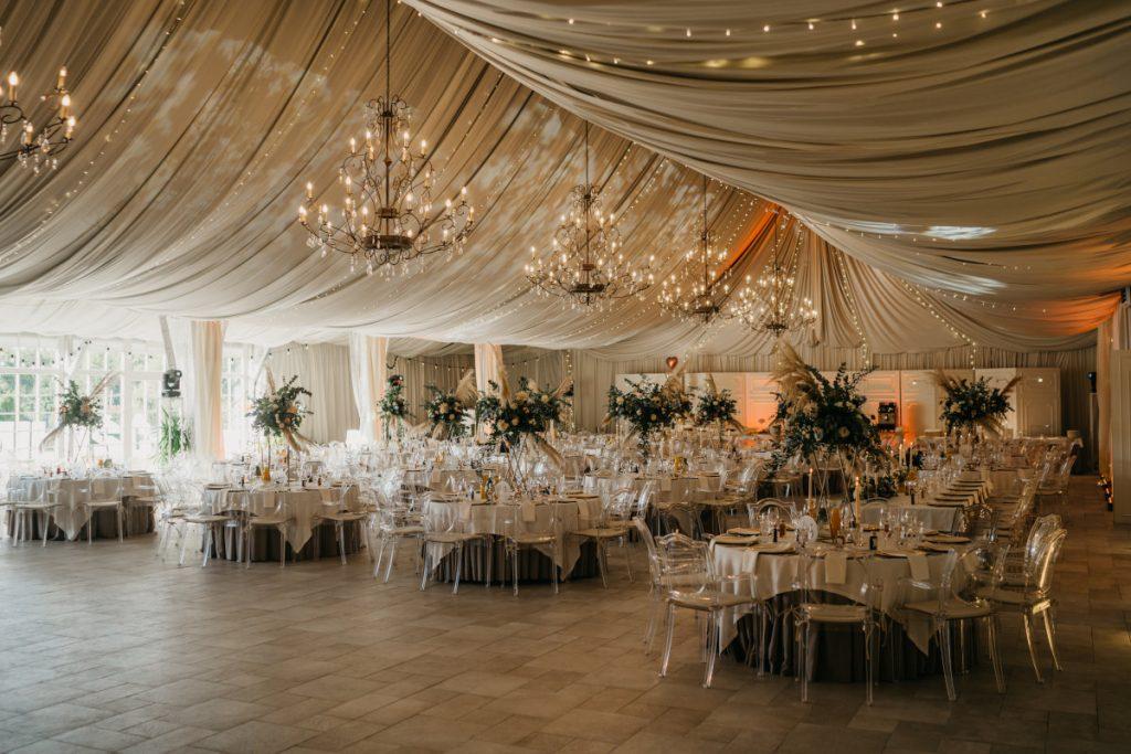 duża dekoracja wesela w ciekawym stylu w miętowych wzgórzach