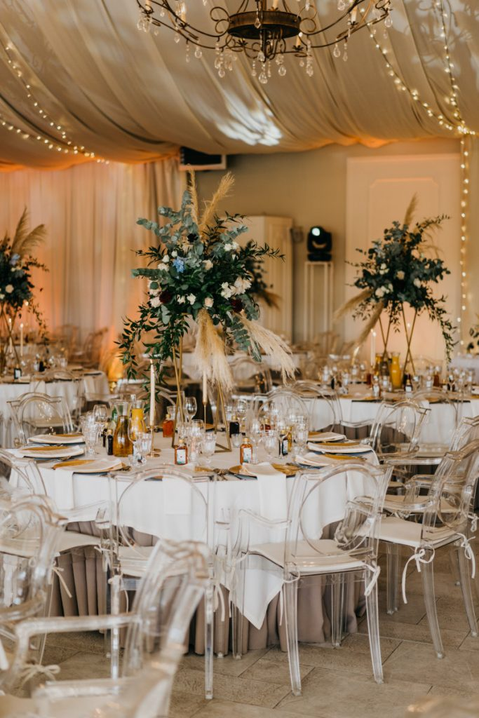 aranżacja stołów na przyjęcie weselne w stylu boho glam