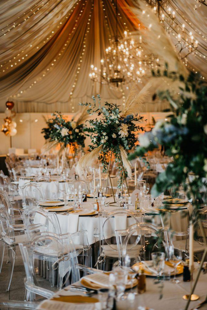 kompozycje kwiatowe z pampasami jako aranżacja sali weselnej w stylu boho