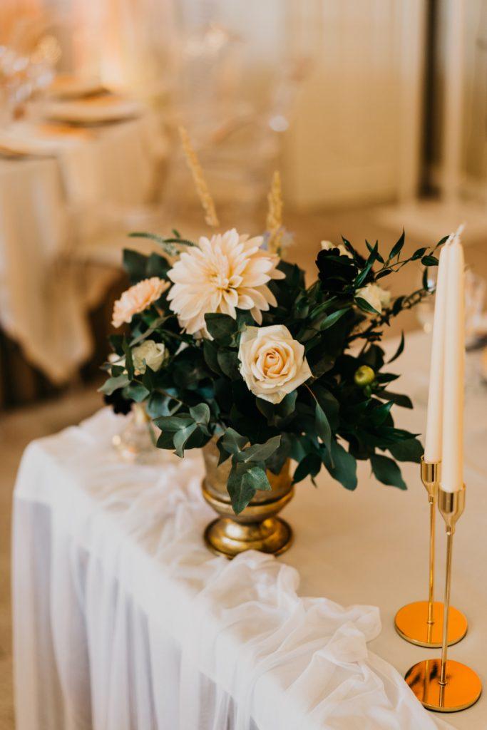 kompozycja z zieleni i kwiatów w złotej wazie