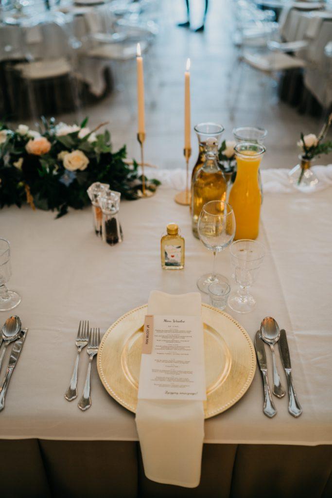 aranżacja stołu pary młodej złotymi elementami