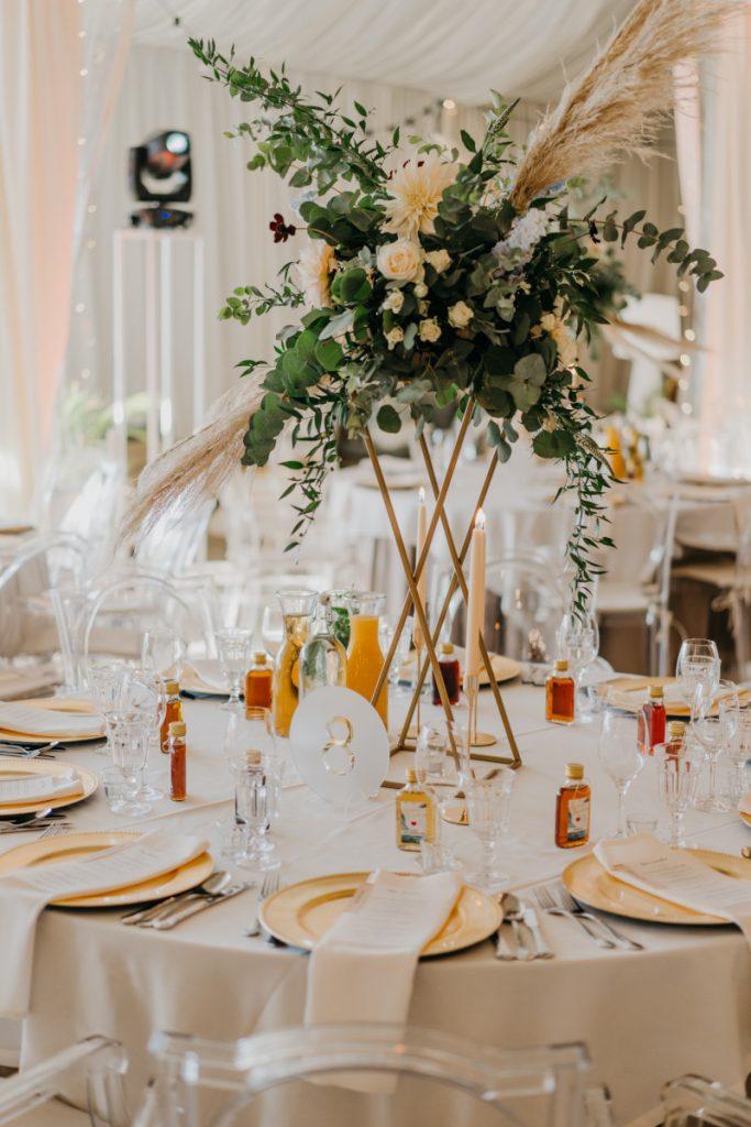kompozycja z pampasów i zieleni jako dekoracja stołu