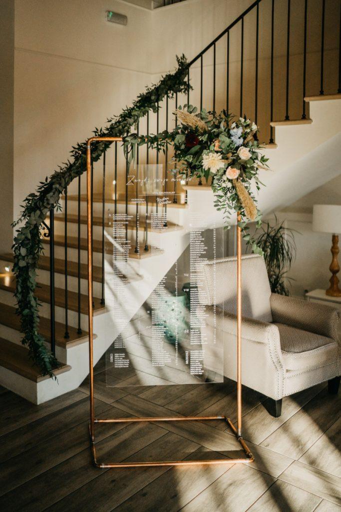 dekoracja planu stołów kwiatami i girlanda na schody