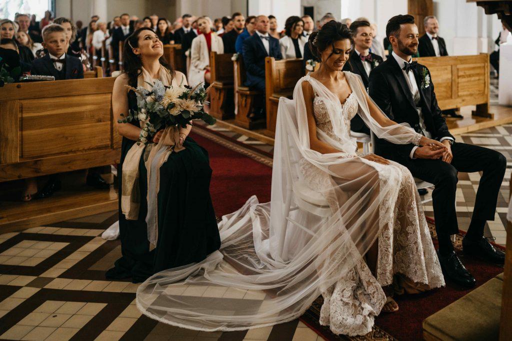 dekoracja kościoła białymi krzesłami dla pary młodej i świadków oraz bukiet ślubny