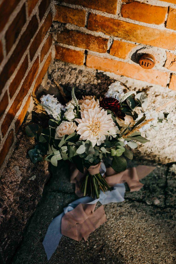 kwiaty w kolorze brzoskwiniowym, błękitnym, bordowym w wiązance panny młodej do ślubu