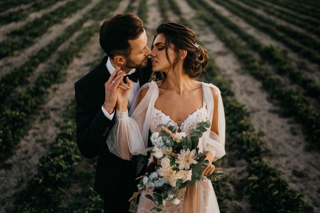 dalia ecru i błękitny kwiat ostróżki oraz szare liście eukaliptusa w bukiecie ślubnym
