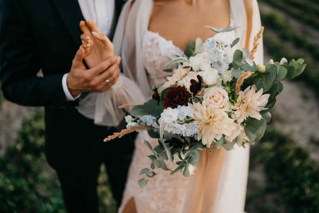 bukiet ślubny w pastelowych odcieniach z dodatkiem bordowych kwiatów oraz trwa