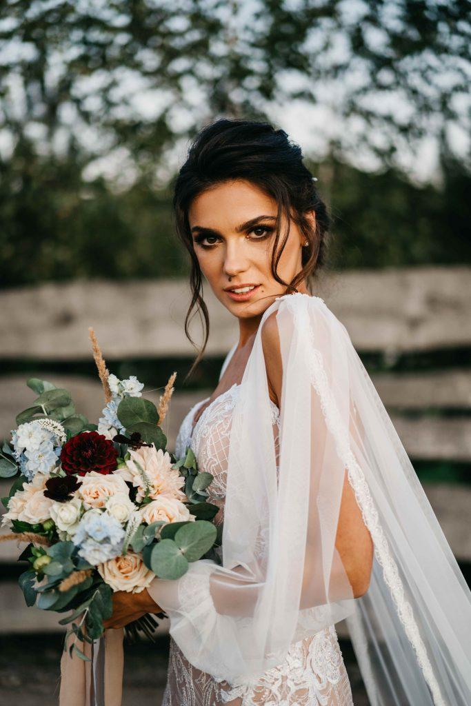 bukiet w stylu boho z delikatnymi kwiatami i liśćmi eukaliptusa do ślubu