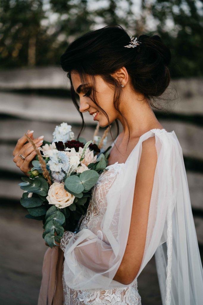 piękny bukiet panny młodej z pastelowych kwiatów i szarej zieleni
