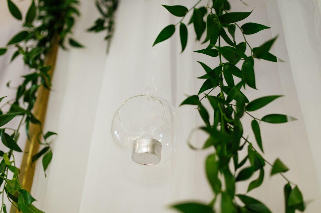 bombka szklana z tealightem jako ozdoba na ściance za parą młodą