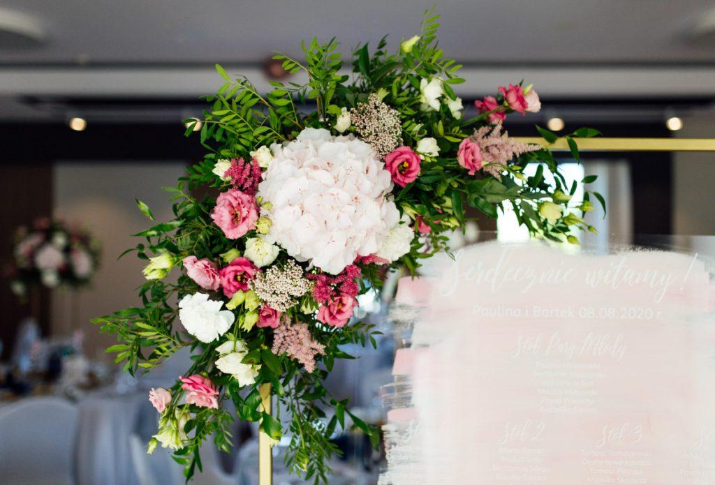 kompozycja kwiatowa dekorująca plan usadzenia gości
