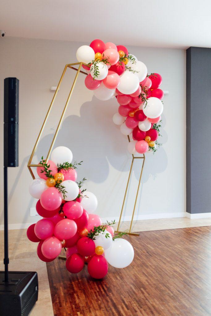 dekoracja z balonów jako ozdoba parkietu na sali weselnej