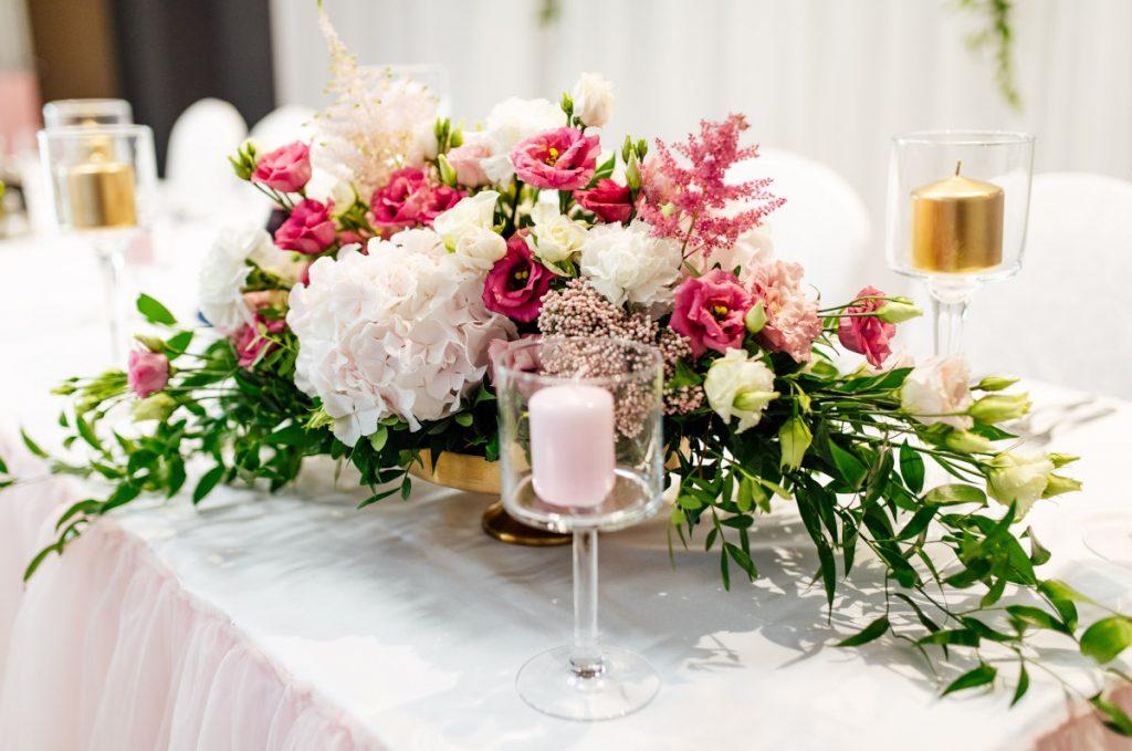 kwiatowa kompozycja w ogrodowym stylu w złotej eleganckiej wazie