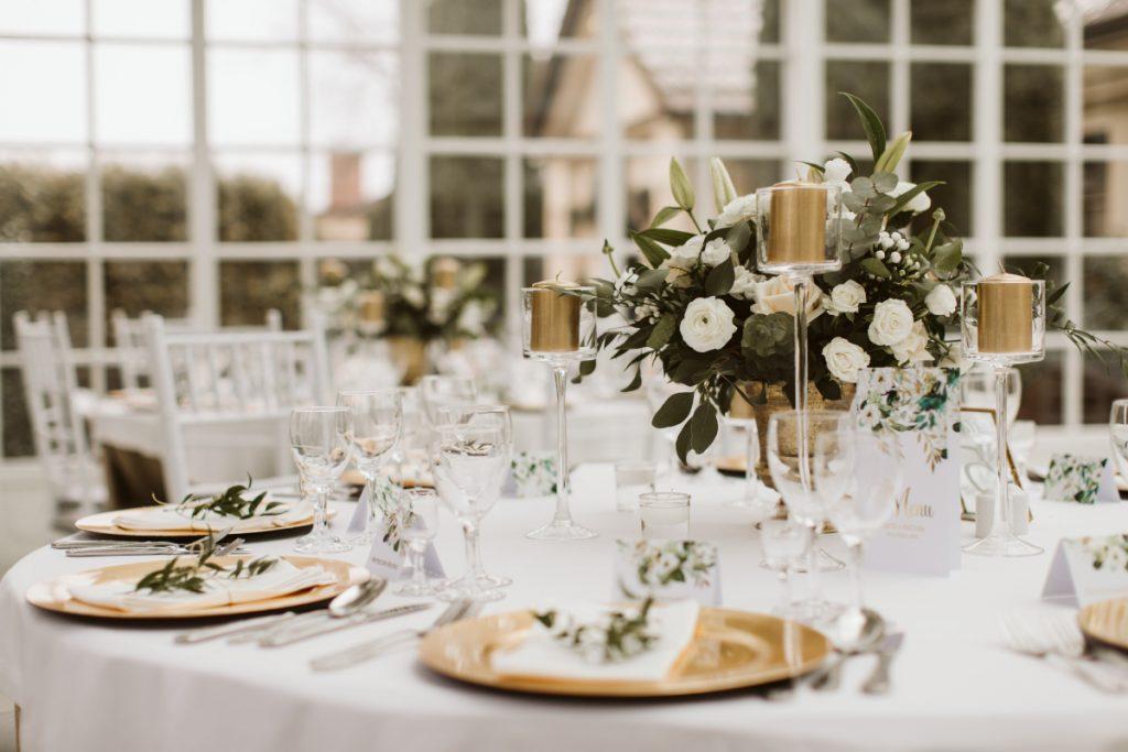 dekoracja-stolow-weselnych-swiecami-i-kwiatami