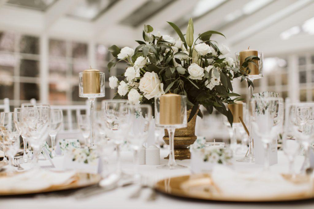 dekoracja-stolu-kompozycjami-z-bialo-kremowych-kwiatow