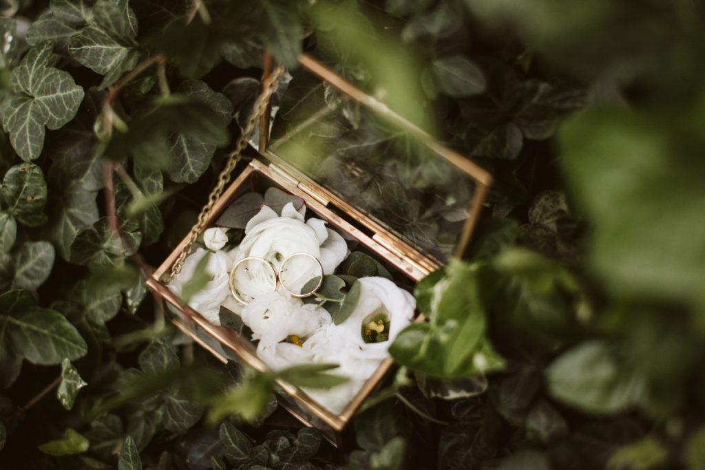 dekoracja-szkatulki-bialymi-kwiatami