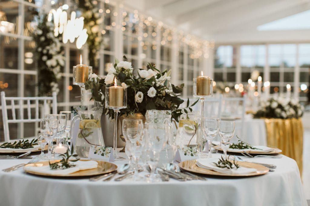 dekoracja-stolu-zlotymi-dekoracjami-i-zielenia