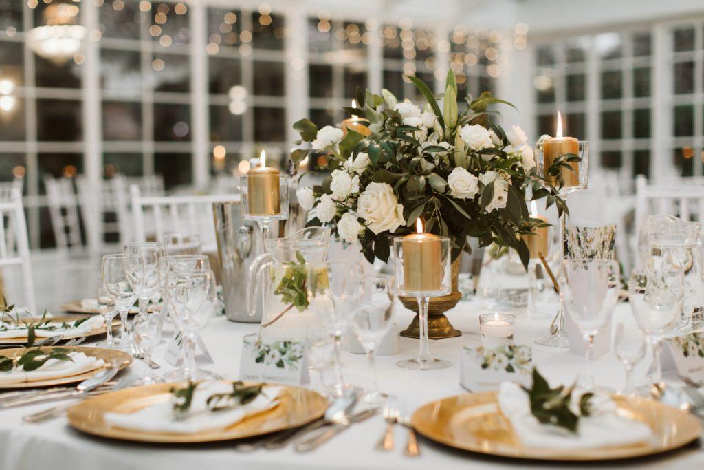 dekoracja-stolu-zlotymi-swiecami-i-kwiatami