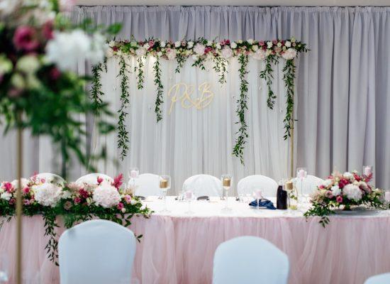 dekoracja stołu pary młodej różowym skirtingiem i złotymi dodatkami